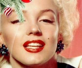 """Carte postale / cadre photo de Noël où vous mettez une image. Effet de courbes améliorées sur fond noir. Au premier plan on voit une branche d""""arbre de Noël accroché avec deux balles, une dans la forme de la crème glacée ou une tornade, est spirales blanches et rouges, est sphérique et se terminant en un point. L""""autre est rouge sang avec des flocons de neige peints. Cadre léger."""