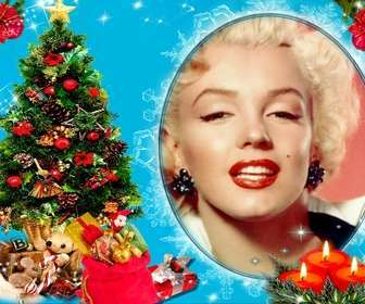 """Votre photo dans un cadre circulaire, à côté d""""un arbre de Noël plein de cadeaux, et derrière trois bougies établi. Fond bleu avec des effets brillants."""