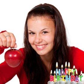Carte postale danniversaire avec des bougies allumées sur un gâteau