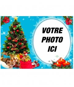"""Votre photo dans un cadre circulaire, à côté d""""un arbre de Noël plein de cadeaux, et derrière trois bougies établi. Fond bleu avec des effets brillants"""