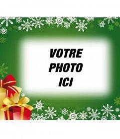 Carte postale avec le fond vert et cadeaux de Noël pour mettre votre photo en arrière-plan
