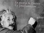 effet photo Blackboard dans lequel scientifique Einstein qui écrit sur un tableau noir, le texte de votre choix.