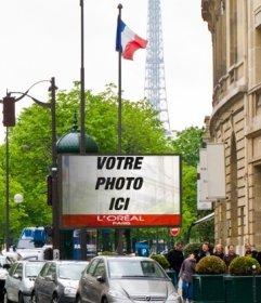Photomontage dun panneau daffichage dans Paris avec la Tour Eiffel en arrière-plan et plusieurs drapeaux de la France