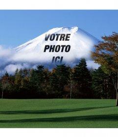 Photomontage avec paysage japonais avec la montagne Fuji en arrière-plan dans lequel votre image téléchargée en ligne apparaîtra disparu