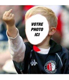 Photomontage avec un fan de football bambin blond par le doigt