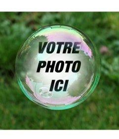 Photomontage avec une bulle de savon sur un fond dherbe verte où votre photo apparaîtra réfléchie à lintérieur de la bulle