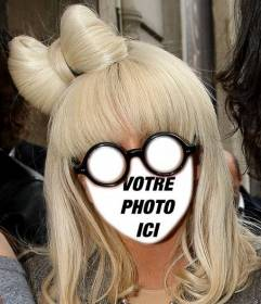 Photomontage avec le visage de Lady Gaga blonde avec des lunettes rondes.