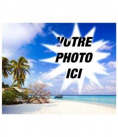 """Comprend une photo encadrée dans ce apparemment idyllique des Caraïbes, où l""""on voit, sous un ciel bleu avec des nuages blancs de la plage de sable fin sur lequel il ya un abri de fortune entre les différents arbres, arbustes et de palmiers. Dans l""""eau, très calme bleu turquoise, qui indique peu profondes près de la plage, nous voyons une barge"""