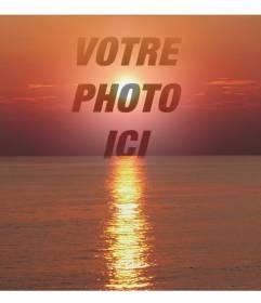 """Pêle-mêle photo d""""un coucher de soleil, dans les tons de rouge, avec une face de coupe ou d""""une photographie. Ceci apparaît dans la transparence, en se concentrant sur l""""image"""