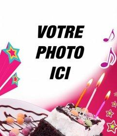 Carte danniversaire où vous téléchargez une photo avec un fond rose, un gâteau avec des bougies, des étoiles et de la musique