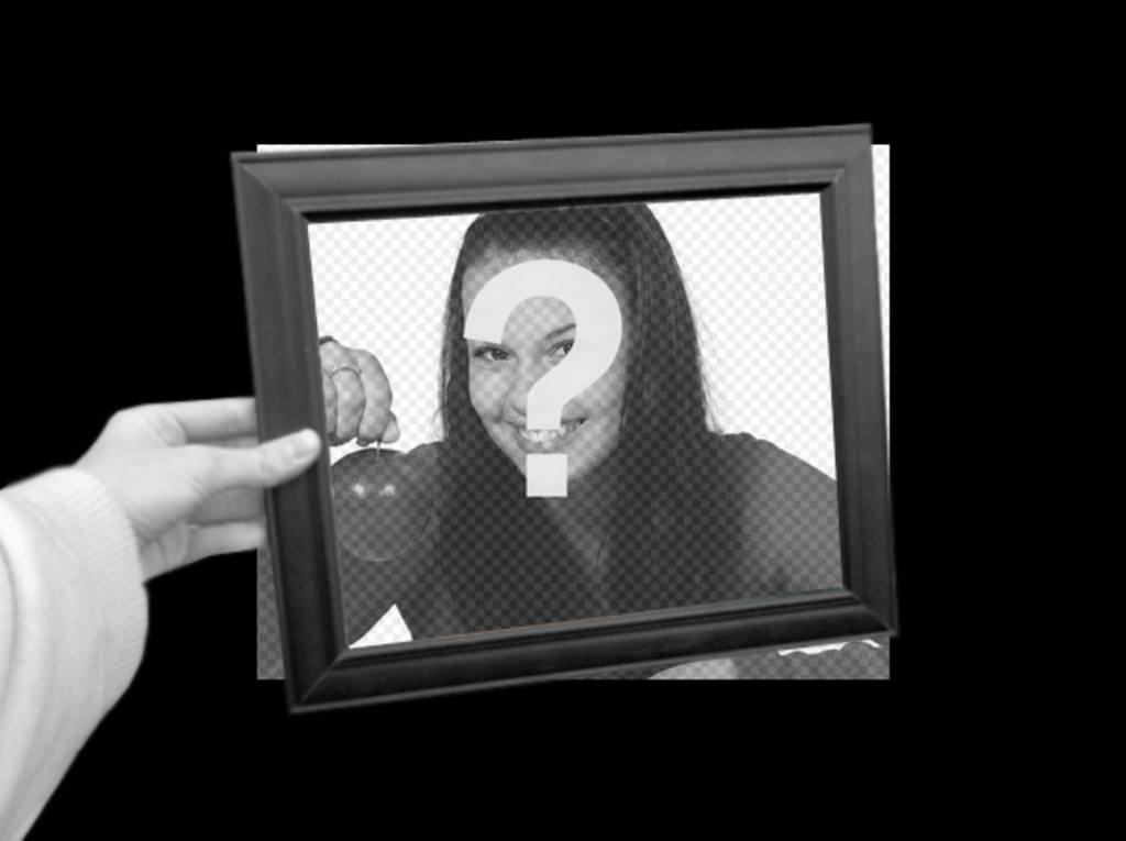 """Photomontage curieux dans lequel votre photo s""""affiche comme fond d""""écran noir et blanc et dans le cadre de la photo d""""une main tenant la couleur de la boîte"""