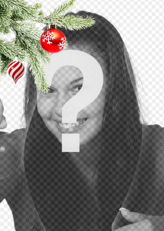 """Carte postale / cadre photo de Noël où vous mettez une image. Effet de courbes améliorées sur fond noir. Au premier plan on voit une branche d""""arbre de Noël accroché avec deux balles, une dans la forme de la crème glacée ou une tornade, est spirales blanches et rouges, est sphérique et se terminant en un point. L""""autre est rouge sang avec des flocons de neige peints. Cadre léger"""