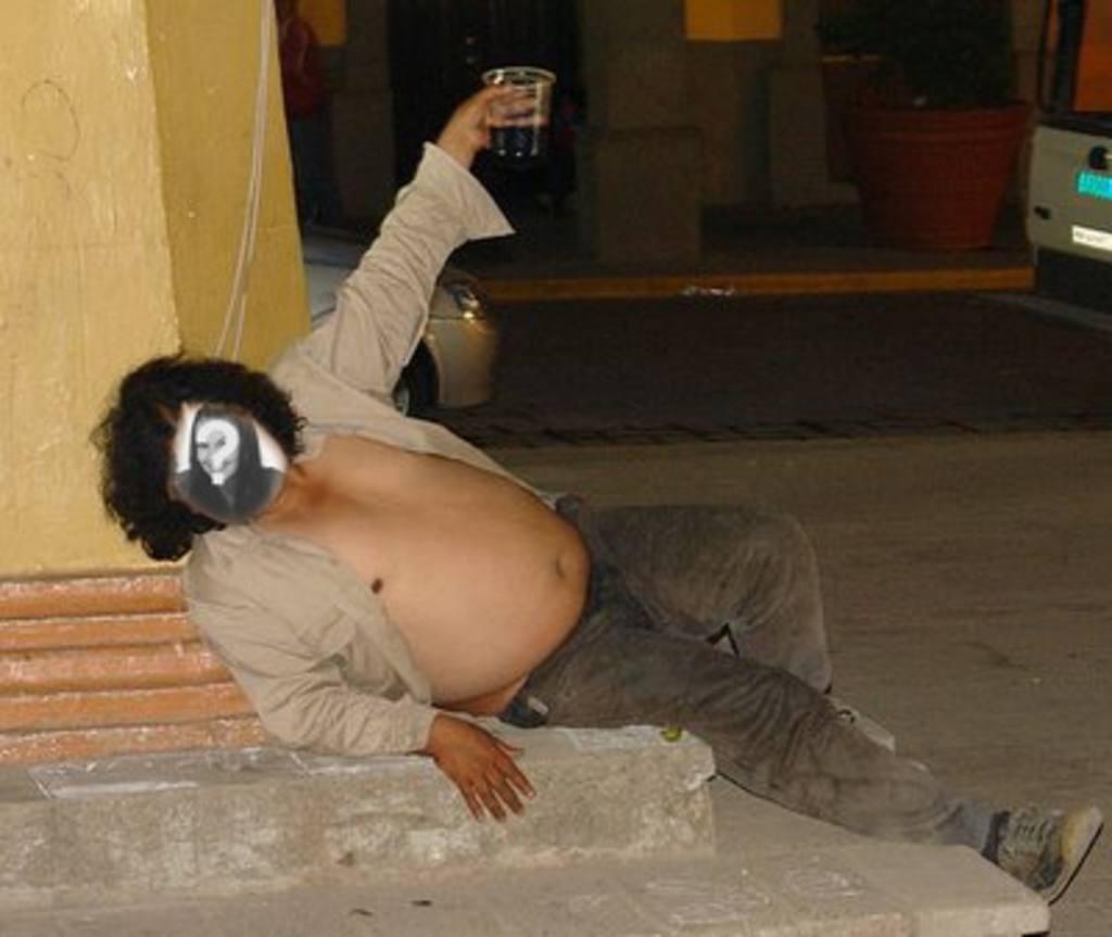 """Photomontage d""""un gros homme ivre gisant sur le sol où vous pouvez placer le visage de n""""importe qui que vous voulez et ajouter un peu de texte"""