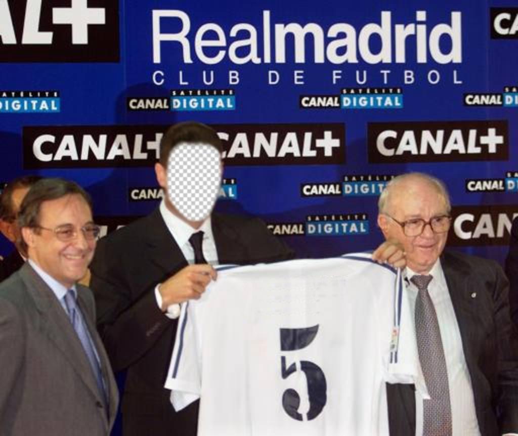 Montage photo de Zinedine Yazid Zidane, le jour de son transfert au Real Madrid de modèle modifiable pour mettre un visage sur le footballeur français à la retraite, aussi connu comme Zizou, soulevant une chemise du Real Madrid où vous pouvez écrire votre nom dans léditeur en ligne et avoir un photomontage original avec Zidane, footballeur professionnel et partager vos réseaux sociaux