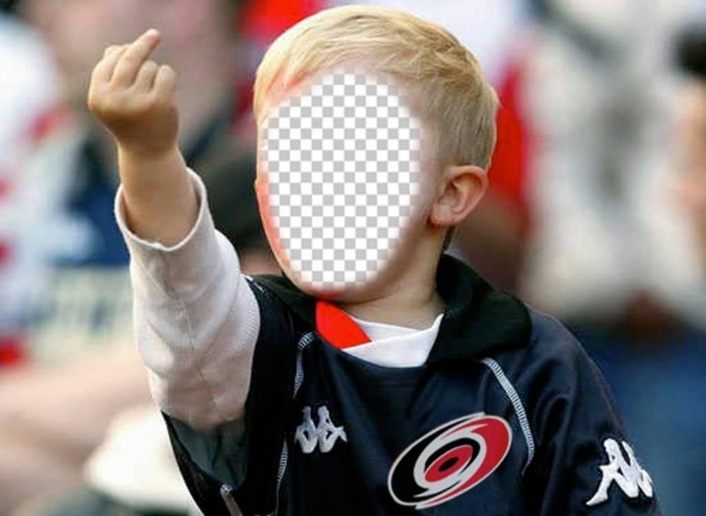 Photomontage de mettre votre visage dans le garçon en colère faisant un peigne