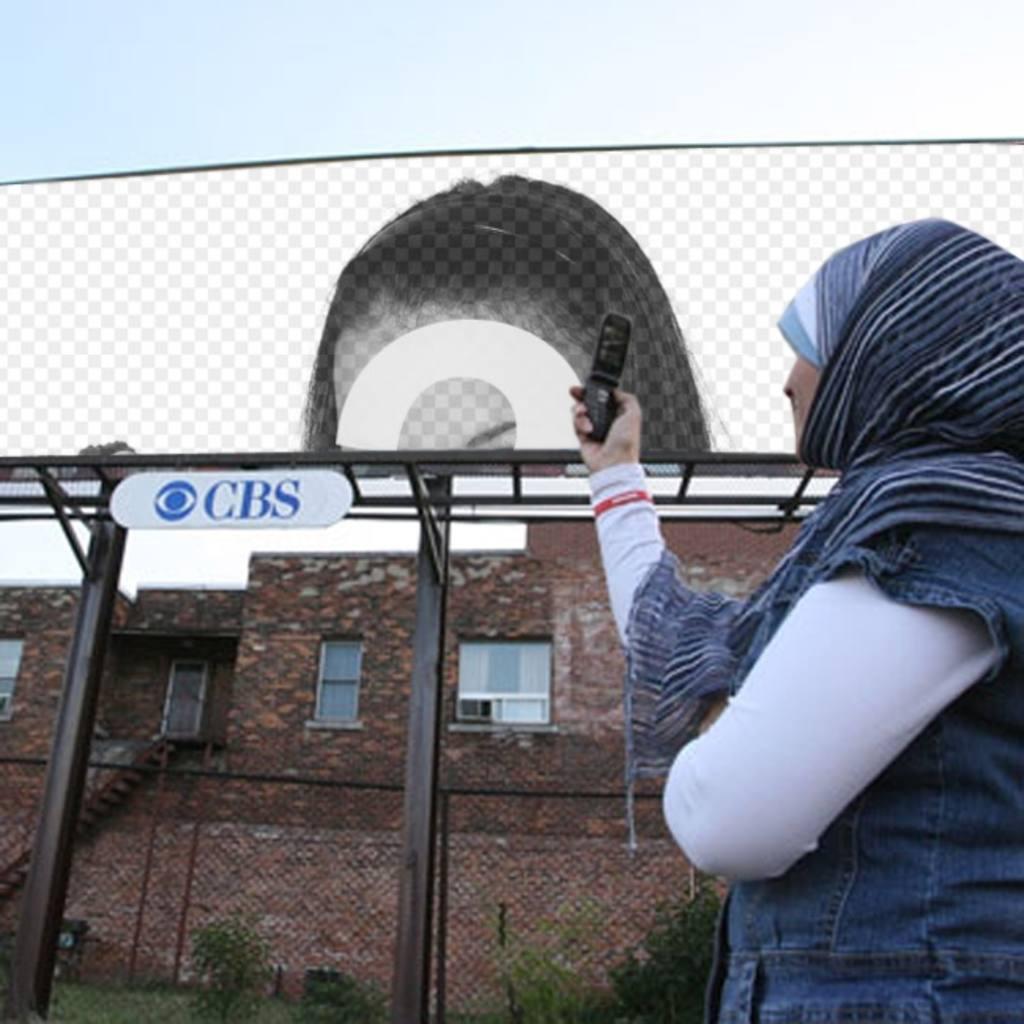 """Les femmes Sacándole montage l""""image d""""une bannière publicitaire avec une étiquette de CBS, qui a commencé comme radio en ligne de télévision en ligne. Placez votre photo sur la clôture"""